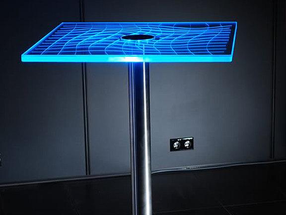 Stehtisch mit Glasplatte und Laserdesign